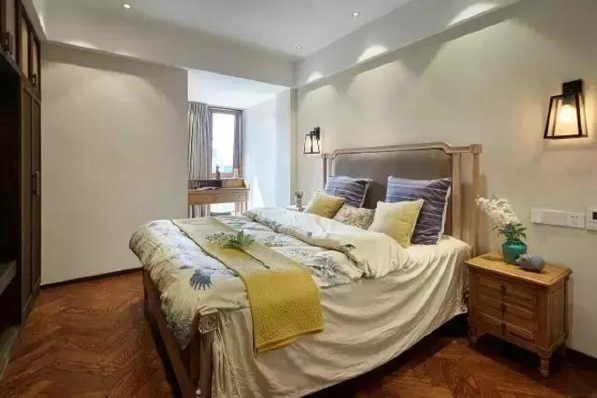 ▲卧室非常接地气儿,木质大床,下班以后扑倒在上面一定很舒服