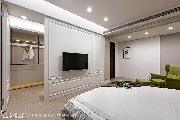 电视墙后方规划一间更衣室,以木皮层板结合铁件吊杆,提供丰富便利的挂衣空间。