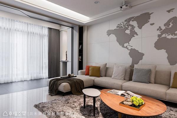为让沙发背墙更具主题性,陈煜棠设计师与屋主讨论后,以木作打造世界地图,期望为空间注入国际观视野。