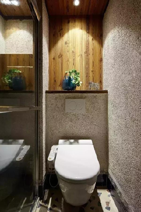 ▲马桶采用隐藏水箱的设计,特别留出来的小平台上摆一盆绿植,颜值格调都有了。