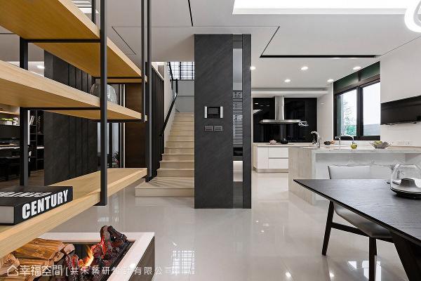 楼梯侧边以铁件格栅呈现,搭配右侧转角处妆点薄岩板与镜面,展现现代简约的设计感。