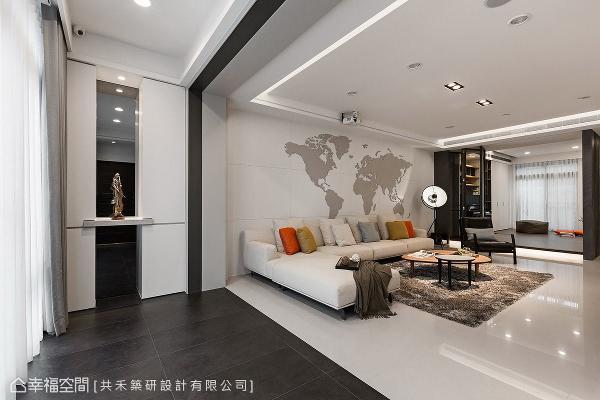共禾筑研设计以地坪材质与黑色门拱线条,界定出客厅与玄关,即使是开放式的场域设定,也能明确划分出机能领域。