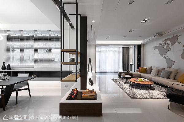特别在电视柜左侧设置嵌入式壁炉,透过LED灯光与水蒸气原理,能够仿真出逼真的烟雾效果,让居家空间更添一丝暖意。