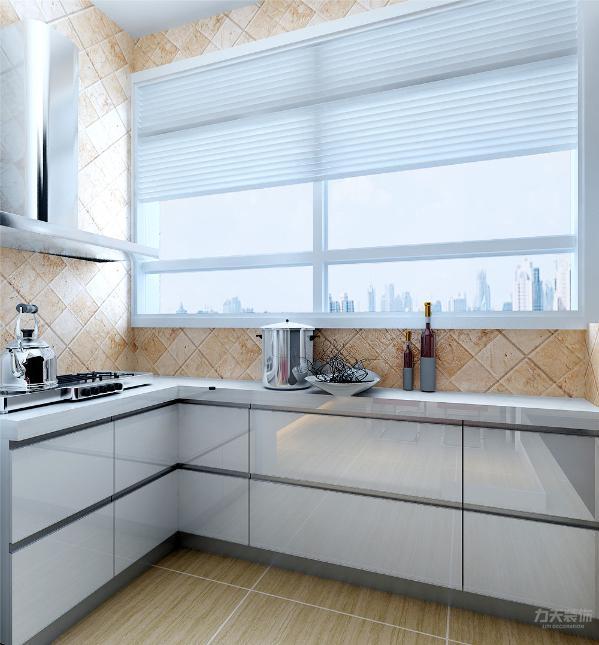 厨房采用了烤漆的地柜再搭配简单的烟机灶具,满足了厨房的各项功能。