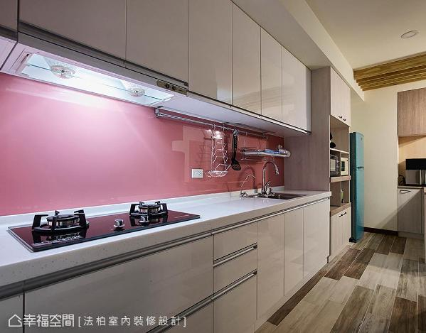 纯白柜体与粉红色烤漆玻璃壁面,打造利落干净的厨房空间。