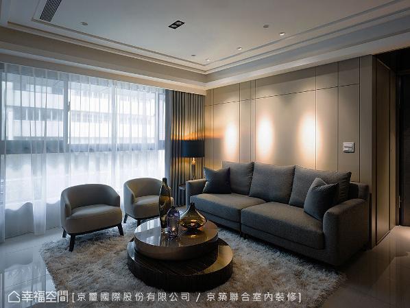 转进客厅区,使用简约线条与沉稳色调,铺述当代的居宅面貌,再将居者的生活机能挹注其中,传递人性化的规划与设计。