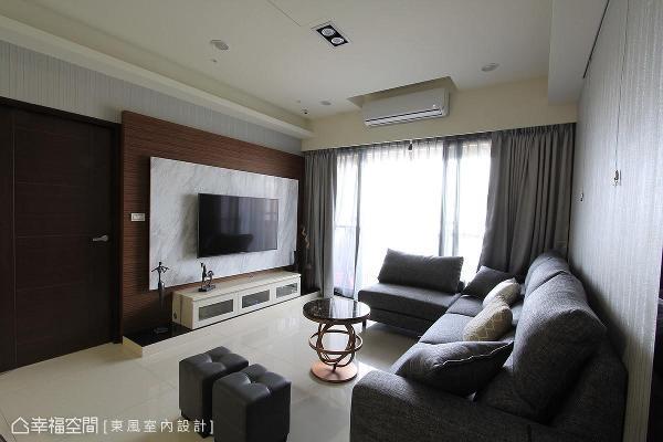 运用实木皮铺底,大理石与人造石相搭衬,形塑精致且大器的电视墙。