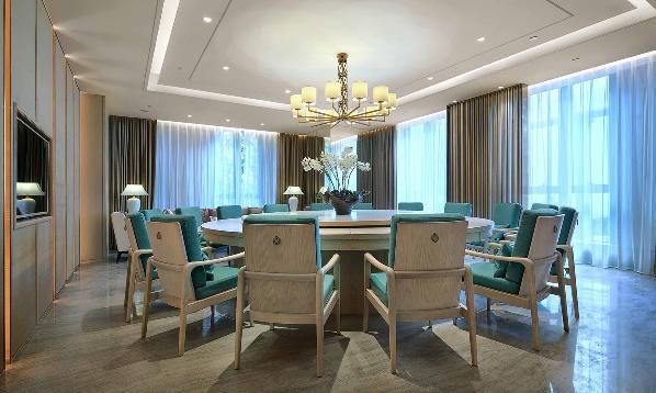 包厢的设计遵循统一的简约设计语言,以围合形的圆桌作为视觉焦点。木质座椅纹理优美、清爽,青绿色的椅面犹如绿宝石原石,拙璞无工。