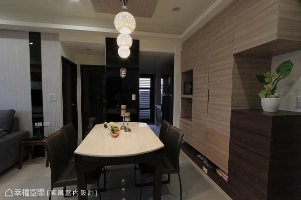 柜体皆采横纹以放大空间效果,并适度运用黑镜反射效果,延长景深。