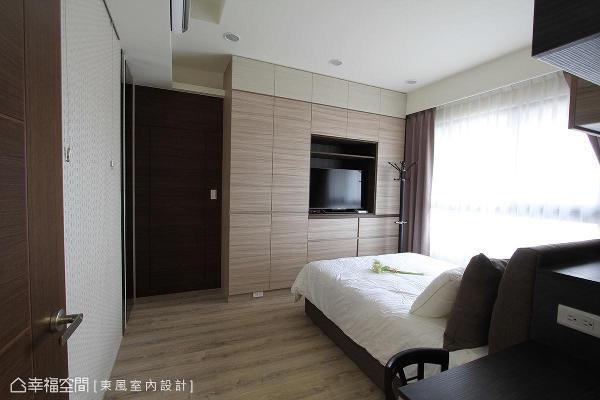 以系统柜做收纳规划,为主卧房打造利落、干净立面空间。
