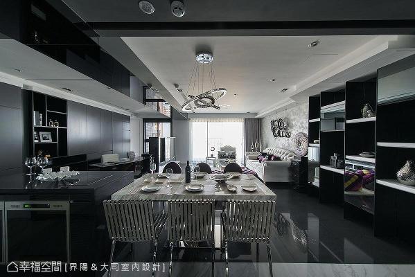 调整格局缩小厨房热炒区,将小厨电收纳柜外移,进而放大与客厅、书房相连的餐厅区块,形构宽敞、开阔的空间感。