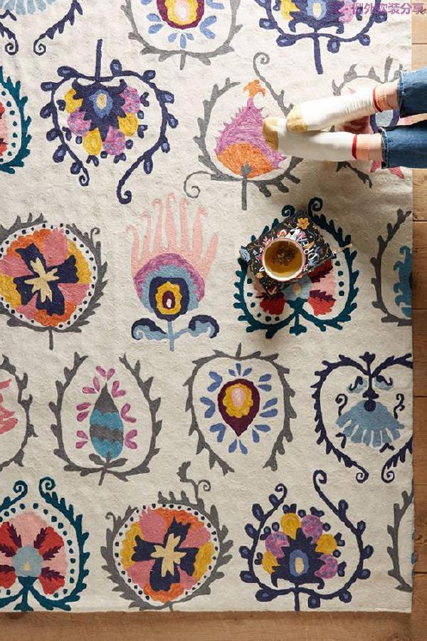不知道从什么时候开始,室内设计的地面变得越来越多姿多彩,在家居设计中,地毯也占有了一席之地。它在家居生活中有着点缀空间的作用,给家增添不一样的魅力。