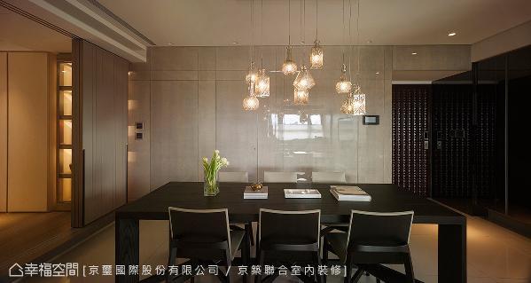 餐厅主墙使用带有水波纹的木皮烤漆,并以隐藏门的设计纳入客浴与厨房。