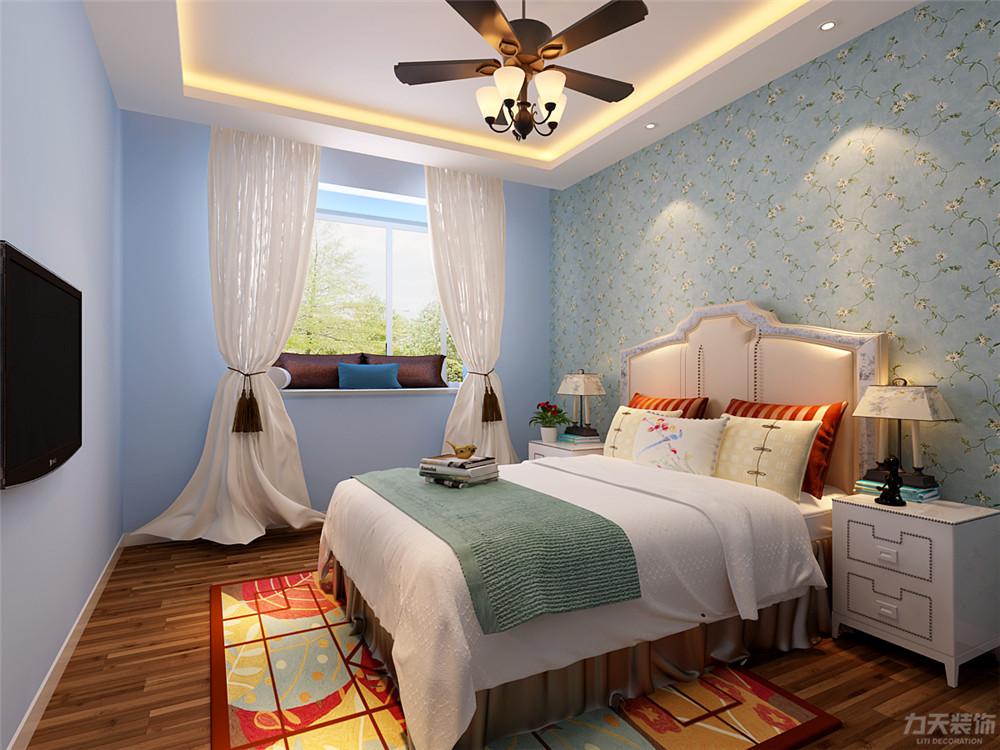 主卧室吊顶为回字石膏吊顶地面为实木复合地板,床头背景墙选择带有图片