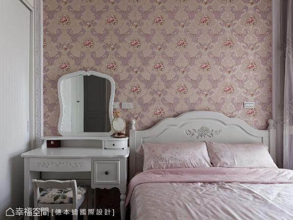 以白色、粉色做搭配,与随处可见的玫瑰花图案,营造甜美浪漫的梦幻情境。
