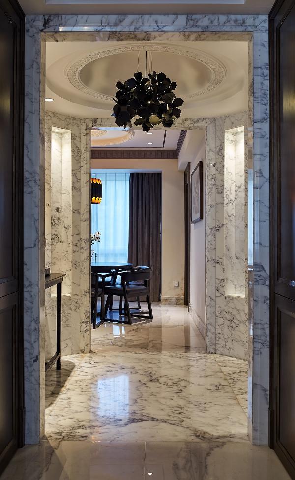 在空间设计中设计师对现代生活形态的再构建进行了思考,运用新的材料和工艺,在保留现代生活诉求的基础上,传承一种对创新精神的颂扬,清静寂定的东方元素与现代风格均衡融合,创建了该居所独特的高雅格调。
