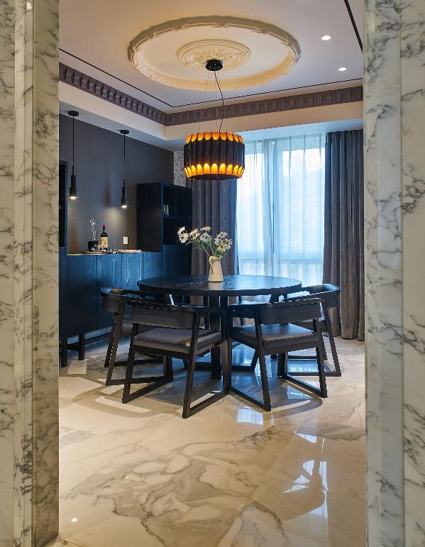 餐厅设计中力图营造极致的视觉和场所感,通过饰品,家具细节等处,不同样式的组合搭配,形成强烈的视觉符号,转换到空间中,每个元素都蕴藏着卓然的审美品位。