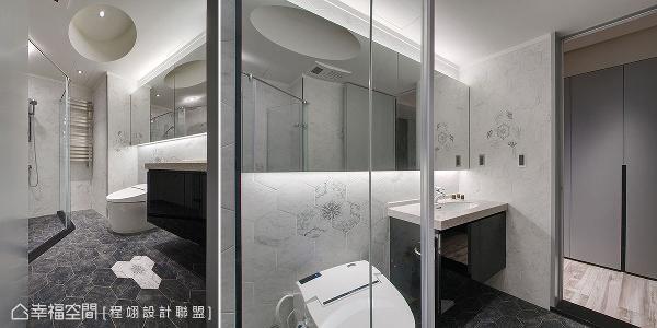 程翊设计联盟于地坪和壁面铺贴六角砖,中间不时以花砖点缀,带来黑白相间的视觉效果。天花板采挖空圆形设计,营造向上延伸的视觉,在没有对外窗的情况下,加装热毛巾杆烘干物品,甚至达到空间除湿的效果。