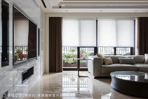 公领域里藉由大量的窗户设计,引入户外充沛的自然光,照亮空间质材的所有细节。