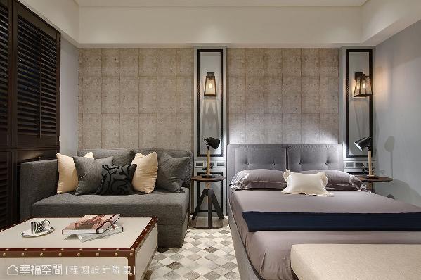 客厅摆放双人床加沙发床,可额外变成一张双人床铺,得以容纳一家四口同住过夜。墙面铺贴仿清水模壁纸,注入精致工业风元素,搭配黑色线板展现古典情调,划分出沙发区和寝床区。