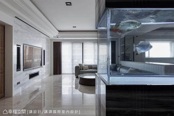 结合屋主养鱼的兴趣与风水考虑,玄关处以石材结合木作柜体,中间则嵌入玻璃水族箱,做为绝佳的迎宾方式。