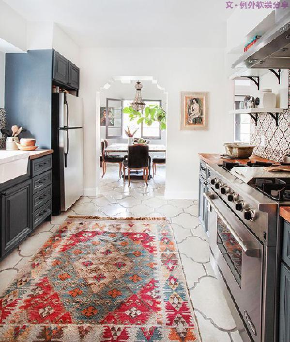 一款色彩丰富的地毯,让整个空间都生动了起来,在地毯材料的选择上,可以选择耐磨损的羊毛材质,或是既耐用又方便清理的涤纶材质。