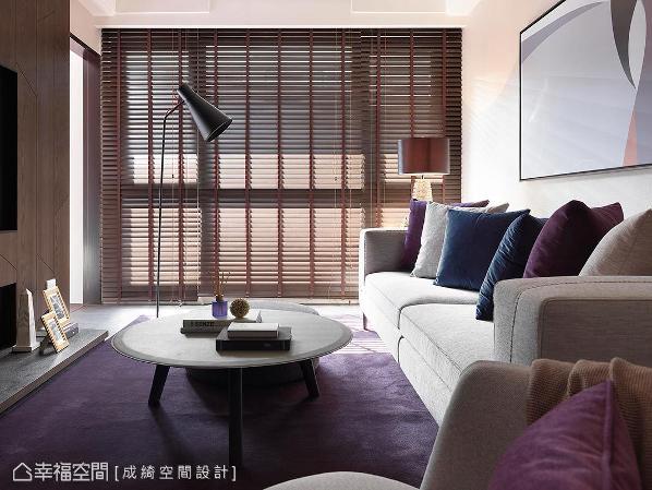 以木百叶筛落自然光线,呈现出自然木质色调,让空间造型低调又不突兀。