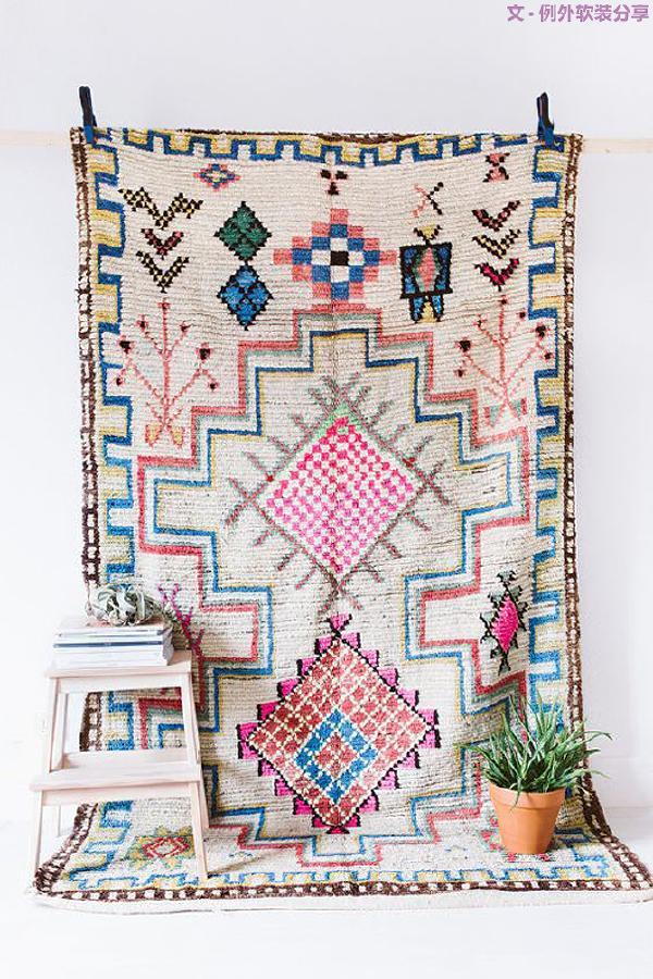在软装设计中,地毯往往是设计师打造空间层次感最简单的饰品。选择地毯的基本原则是视觉效果和谐,不会带来刺眼不舒服的感觉。