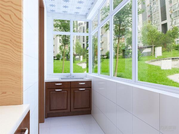 阳台有储物柜的设置节省储物空间通体的玻璃采光会很好