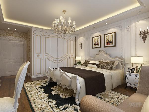 卧室以白色和黄色为主色调,白色背景墙,欧式的雕花图案,使空间显得更加整洁干净,木质地板显得更加温馨,家具全部采用欧式以配合整个空间的氛围。