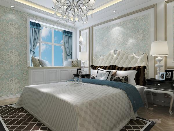 并选用欧式双人床,床背景有回型石膏线造型对称和谐