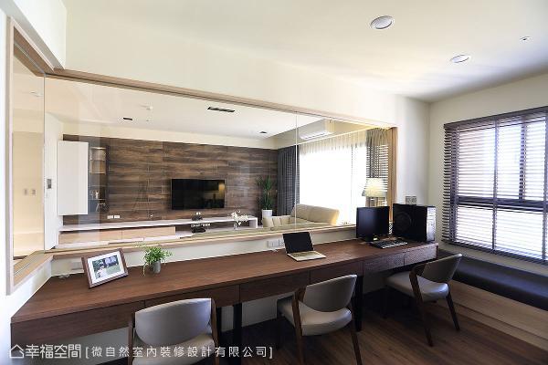 在通透的视觉效果下,梧桐木皮书桌与木纹砖电视墙相呼应,呈现出自然的色泽纹理。