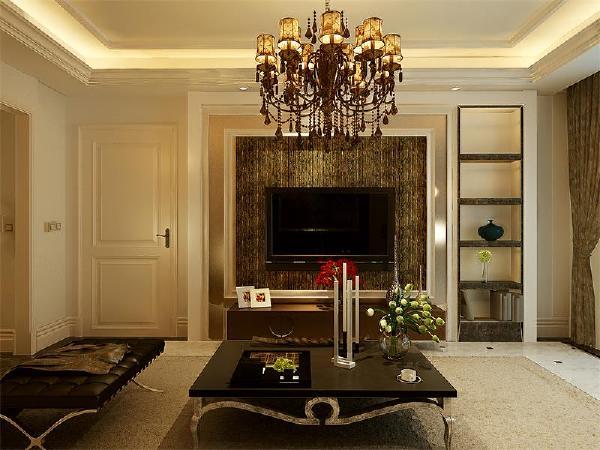 客厅电视墙采用均衡设计手法,门与置物架形成均衡力