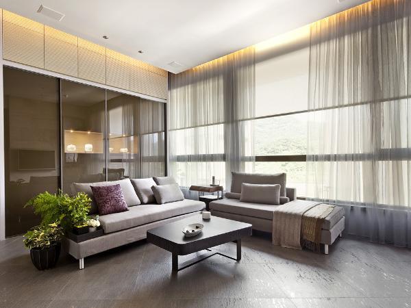 """现代风格也是一种简朴淡雅式风格,强调功能性设计,线条简约流畅,色彩对比强烈,主张废弃多余的附加装饰,使室内景观显得简洁、明快,完美地反映出""""少就是多""""这一设计概念。"""