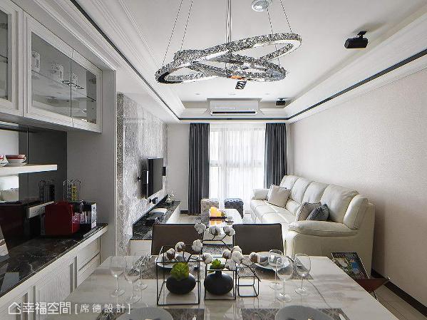 在繁忙的都会中,设计师陈淑绢淬炼空间美学,为三口之家打造结合时尚与机能性的幸福城堡。