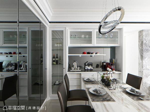 来到餐厅,每个地方感受席德设计的精湛工艺,石材餐桌与灰镜相互辉映,为场域增添时尚况味。