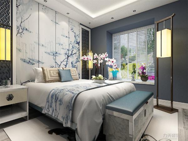 营造的是极富中国浪漫情调的生活空间,如客厅的红木和卧室的青花瓷,以及一些红木工艺品等都体现了浓郁的东方之美。这种风格渗透了 东方华夏几千年的文明,它不仅永不过时,而且时间越久越散发出迷人的东方魅力。