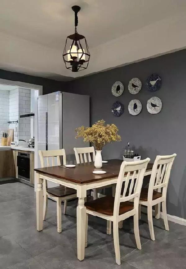 ▲ 开放式的餐厨区,挂盘装饰墙面,增加用餐氛围。