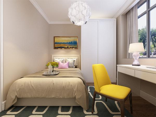 主卧室的设计中,同样我们采用了木色的木地板铺装,地板采用的是实木复合地板具有防滑的功效,卧室打造的是简约风,床头背景墙采用的是挂画装饰,整个空间多采用简洁明朗的线条,在家具的采用白色烤漆