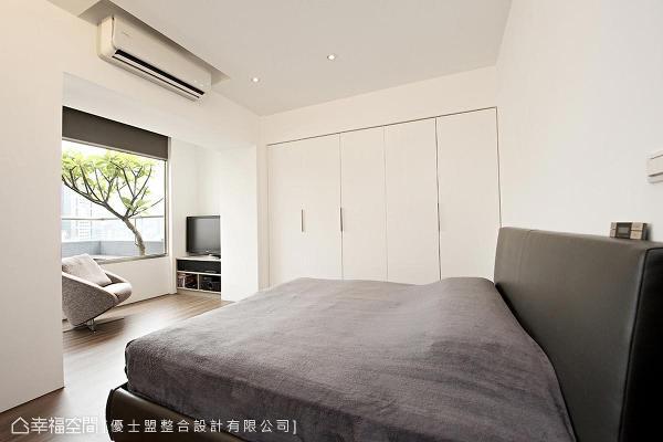 延续公领域的利落感,利用系统柜规划收纳机能,并开了扇窗将窗外景色映入室内。