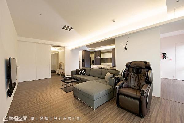 设计师Philips特意将空间留白,提供屋主恣意摆放收藏品及新对象。