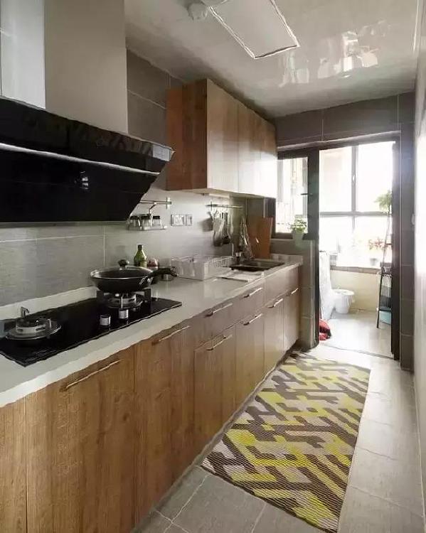 ▲厨房同样是木质厨柜面板搭配白色的台面,对空间的使用恰到好处,色彩搭配也很和谐。