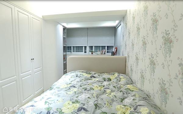 在主卧中铺述轻浅的色调,并透过床头结合桌面的区隔,巧妙地划分睡眠与化妆/阅读空间。