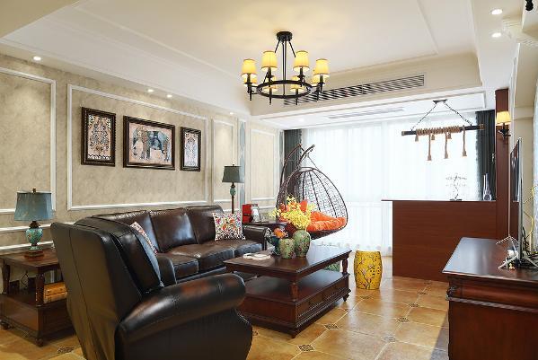 客厅通过素雅的壁纸和白色线条的结合,突出了背景画的质感,黑色皮质的沙发与电视柜相呼应,橘黄色的软式跳色,临窗边设计了酒柜与小吧台,辅以舒适的休闲椅,让业主随时可以享受着生活中不经意的小情调。