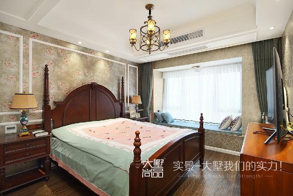 卧室选择了沉稳而大气的壁纸,色调中又充满暖心的黄色,加上飘窗的布置,整个卧室透着一股温馨而又惬意的感觉。