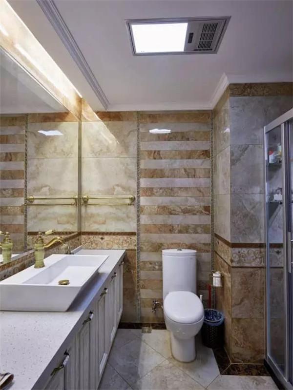 卫生间墙面采用仿石材瓷砖。