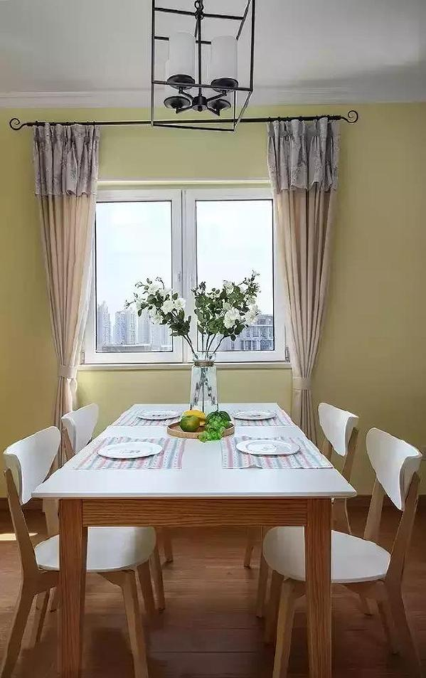 ▲利用窗下的空间,餐桌的外侧能预留足够宽的过道,便于走动。