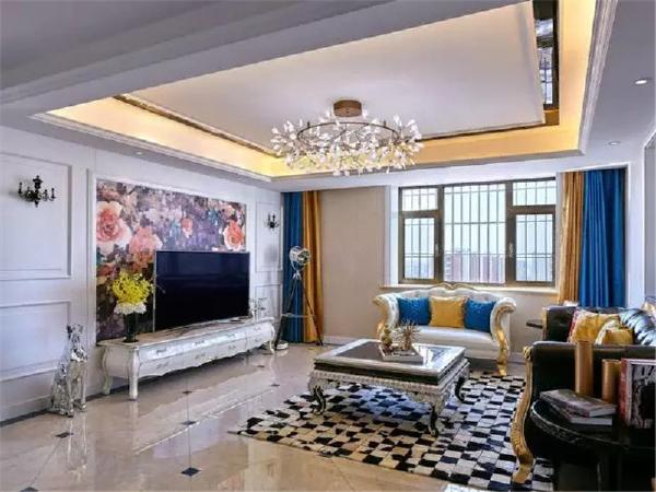 整体以华丽的新古典风格为主,采用了大量blinblin的材料,电视背景中间是一幅定制墙布。