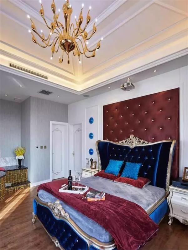 主卧套间床头背景用了软包,配上华丽的蓝色布床。