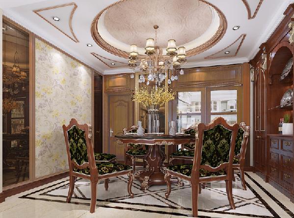 餐厅的木质家具上金色的雕花诠释了洛可可的奢华。整个餐厅的护墙板装饰和金色的镜框呼应着家具,让奢华的家具不那么孤单。让家具和墙面装饰相互呼应,相互陪伴。